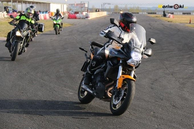 varias motos en la recta de FK1 durante el curso femenino de moto