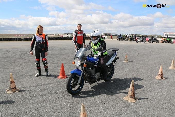 Ejercicio de la frenada óptima en el curso femenino de moto