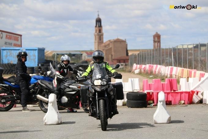 Arranque para el ejercicio de la frenada óptima en el curso femenino de moto