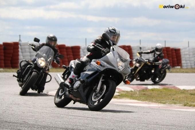 Otras tres alumnas al salir de un viraje en el curso femenino de conducción en moto