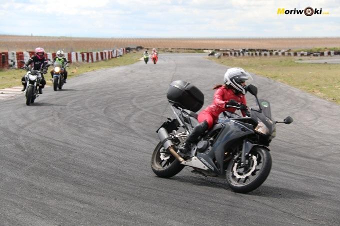 Una alumna abordando un curva en el curso femenino de conducción en moto