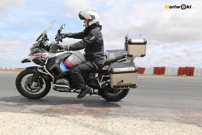 Una alumna portuguesa con una BMW R1200GS en el curso femenino de conducción en moto en el circuito FK1