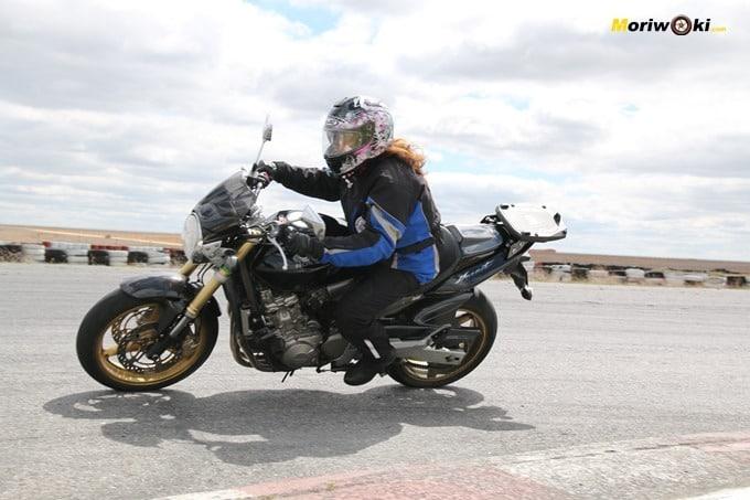 Abriendo gas en el curso femenino de moto