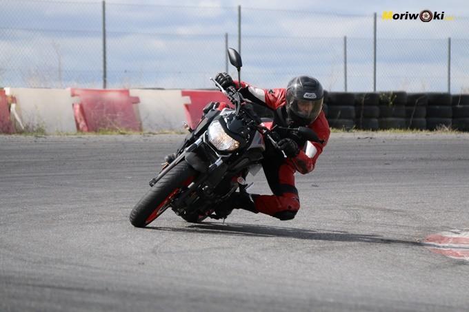 Sara García, la dakariana de Zamora, en el curso femenino de conducción en moto en el circuito FK1