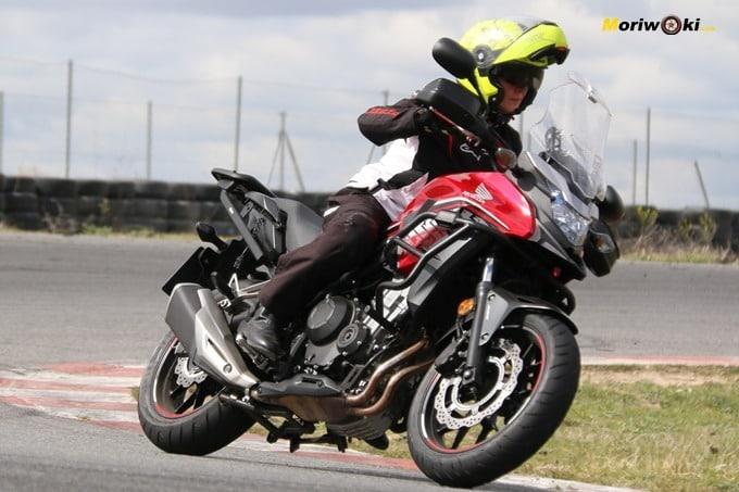 Alumna sobre una CB500X en el curso femenino de conducción en moto