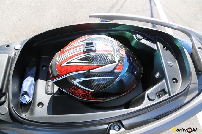 Casco integral deportivo XL en el hueco bajo el asiento del Kymco Xciting 400