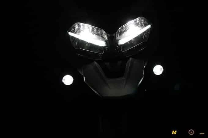 La Triumph Tiger 1200 XCA de noche