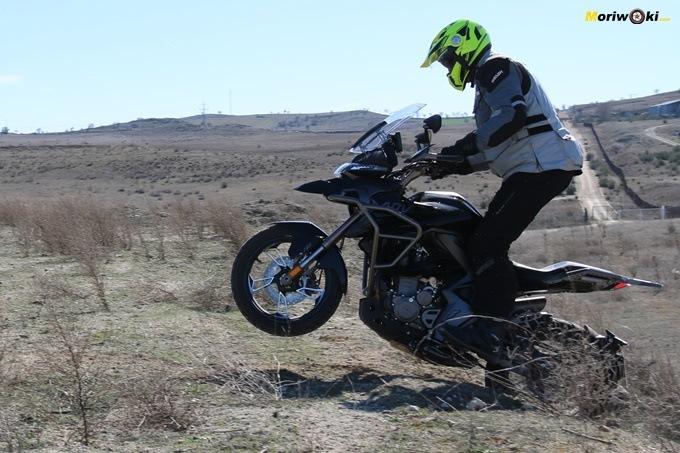Sorteando obstáculos con una Zontes T 310