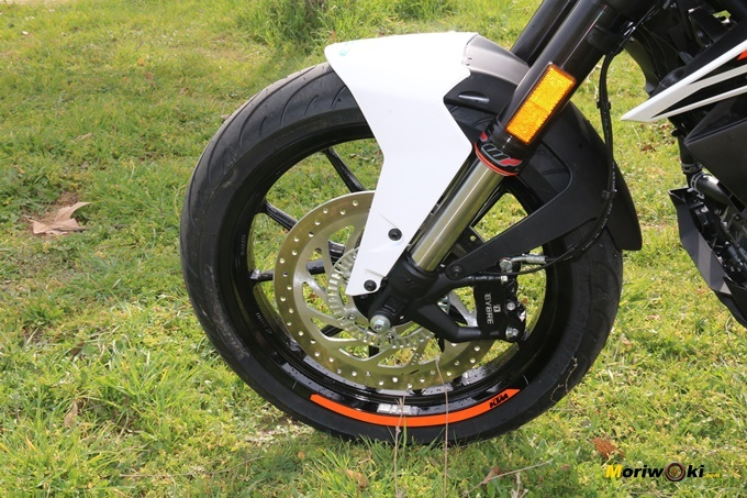 Disco delantero de 300 mm en la KTM 125 Duke.