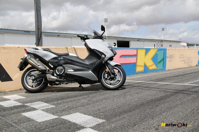 La Yamaha Tmax 530 junto al muro del circuito FK-1 de Villaverde de Medina.