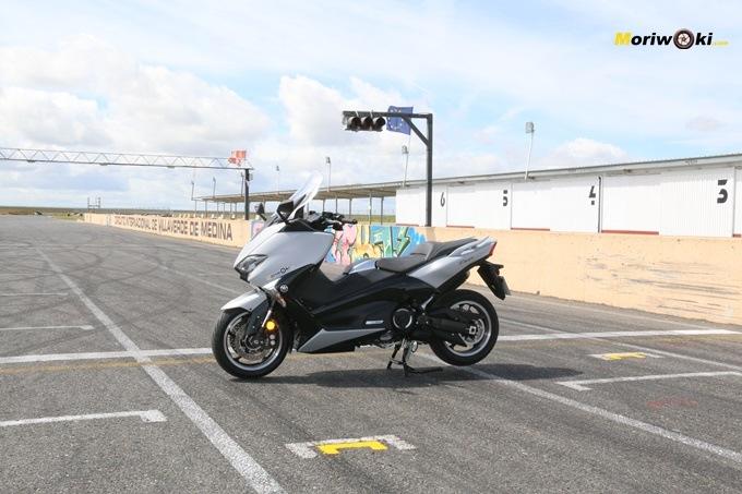 La Yamaha Tmax 530 DX plantada sobre la recta de FK-1.