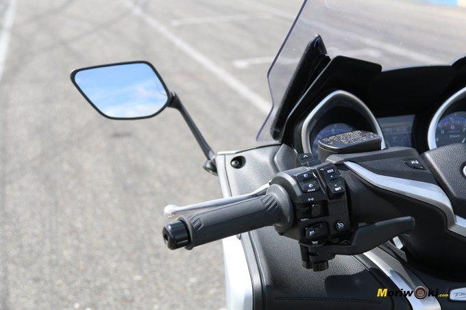 Espejo izquierdo de la Yamaha Tmax 530 DX.