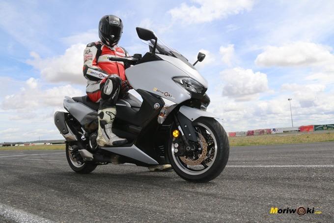 Sobre el pit lane del circuito, antes de arrancar con la prueba de la Yamaha Tmax 530.