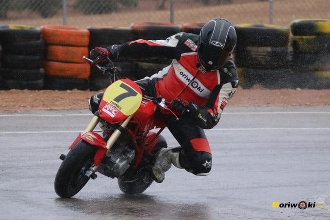 En mojado sobre DR7. Circuitos Pit Bikes Zona Centro.
