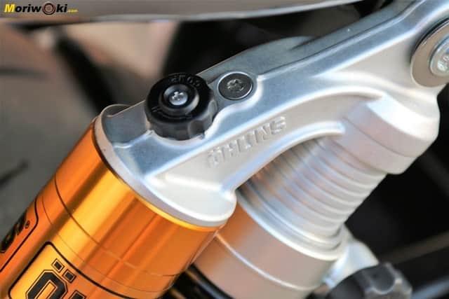 Detalle de la regulación en un amortiguador de La Norton Commando 961 Sport MK2.