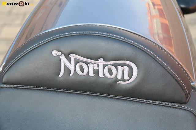Emblema Norton en el asiento de la Commando 961 Sport MK2.