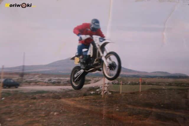 El protagonista en acción con una Husqvarna 430 CR de 2T durante el desarrollo de un enduro en 1991