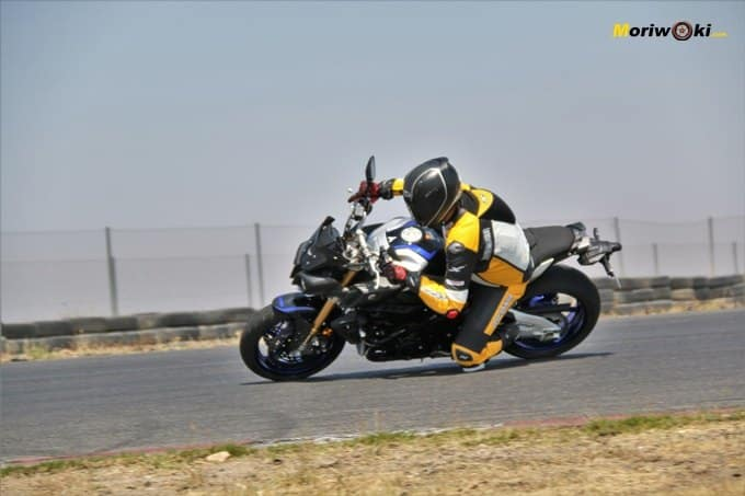 Paso por curva de la Yamaha MT-10 SP