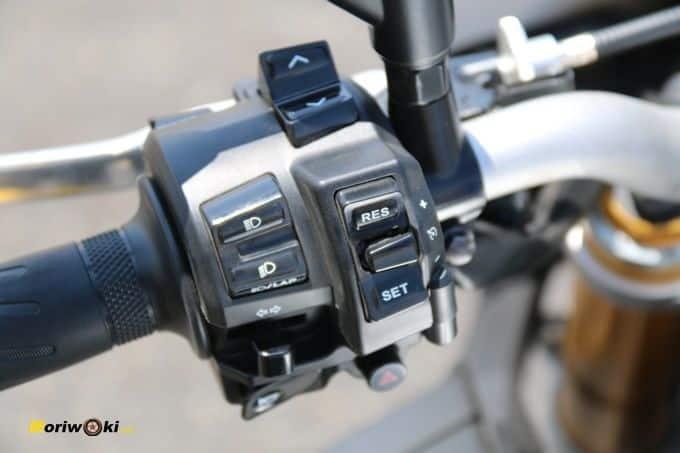 Piña izquierda de la Yamaha MT-10