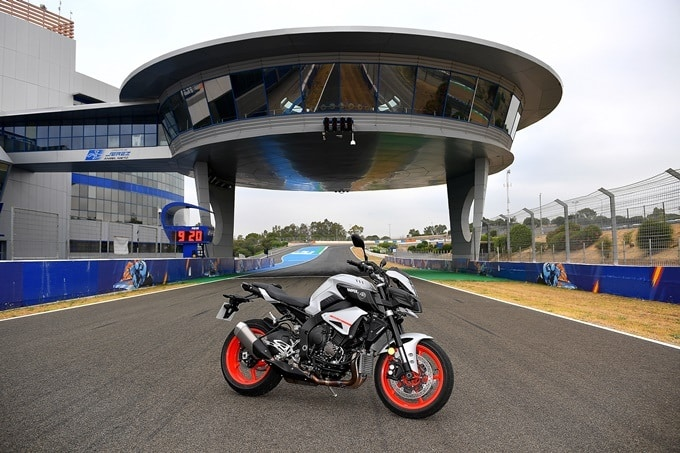 Prueba Yamaha MT-10 bajo el ovni de Jerez