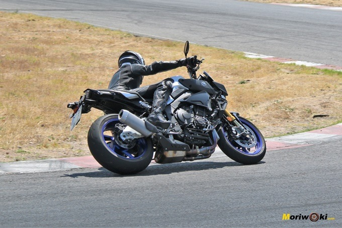 La Yamaha MT-10 SP con Cristina Alberquilla en acción