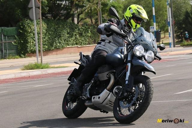 Prueba de la Moto Guzzi V85 TT en asfalto
