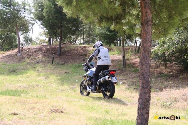 Cómo se desenvuelve la Moto Guzzi V85 TT fuera de la carretera.