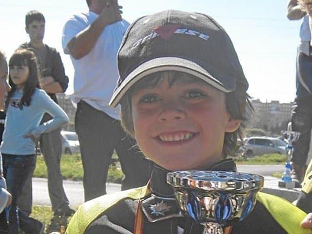 ManuGass de pequeño con uno de sus primeros trofeos.