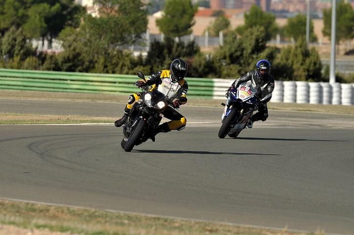Rodando en el circuito con un El Neumático de moto para pista homologado para la calle