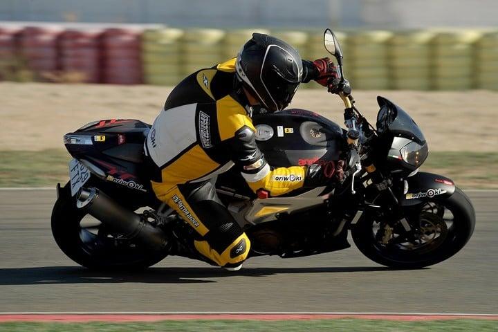 Prueba de aceleración con un Neumático de moto para pista homologado para la calle