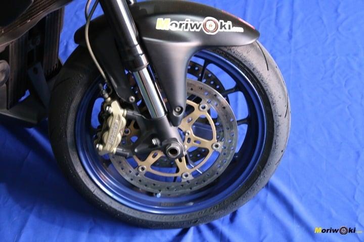 Neumático delantero de moto de pista homologado para la calle