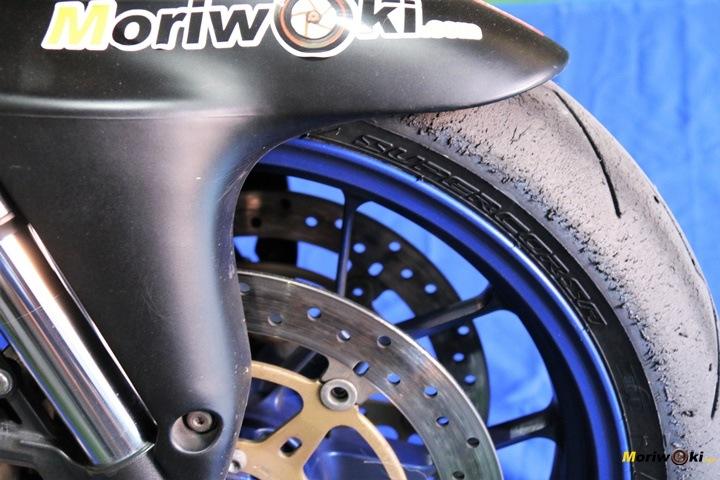 Detalle desgaste en la goma delantera de un Neumático de moto para pista homologado para la calle