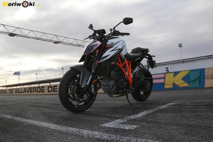 Cuánto agarra un neumático de moto frío. Vista de la Super Duke R
