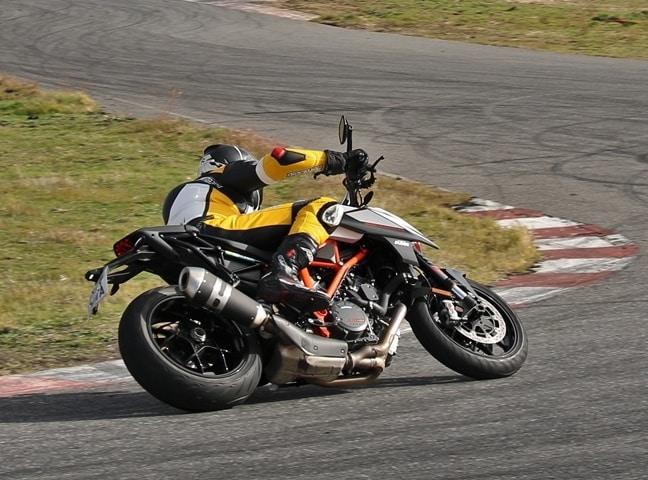 Primera tumbada visión exterior. Cuánto agarra un neumático de moto frío probado con una KTM.