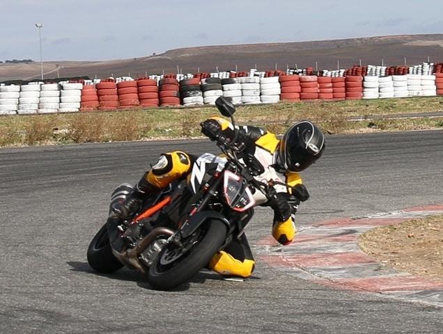 Cuánto agarra un neumático de moto frío. Tumbada buena.
