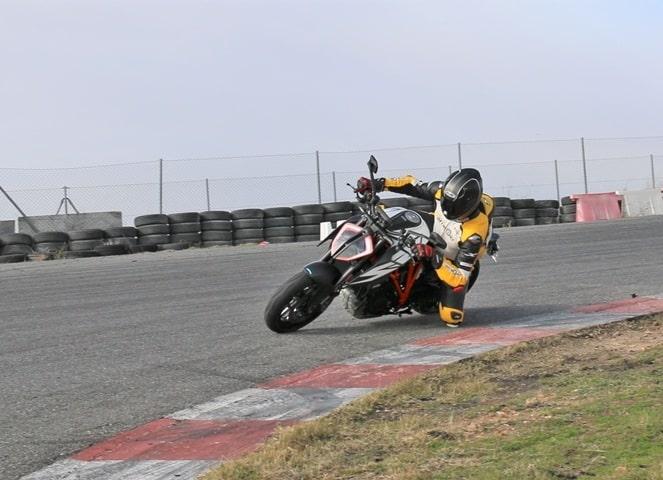 Primera tumbada en Cuánto agarra un neumático de moto frío probado con una KTM.