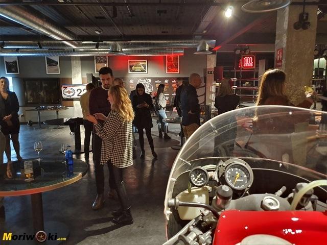Revival Café Madrid Inauguración. Perspectiva del local desde la Suzuki RG500