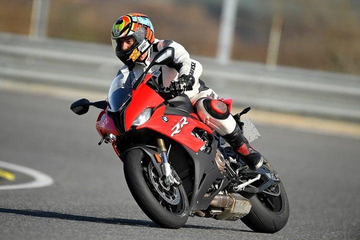 Acelerando el piloto de motocross en una pista de velocidad