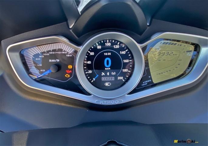 Éste el cuadro de información que monta el Kymco Xciting 400 S.
