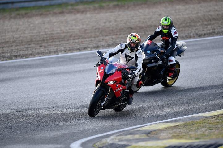 Piloto de motocross con una S1000RR por primera vez en un circuito velocidad, con una curva mojada.