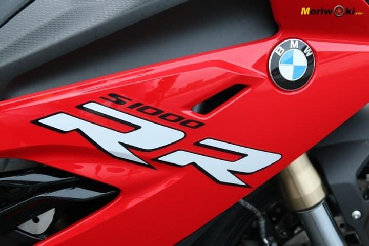 La BMW S1000RR 2019 muestra su emblema en el lateral del carenado.