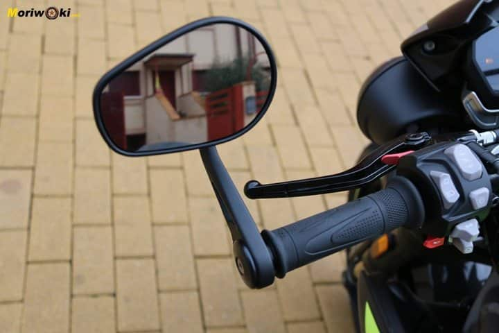 Retrovisor en el puño de la Triumph Speed Triple 1050 RS.