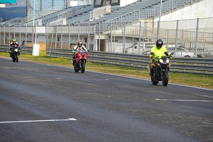 Haciendo de monitor para Piloto de motocross con una S1000RR por primera vez en un circuito velocidad