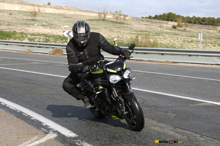 Paso por curva con la Triumph Speed Triple 1050 RS.