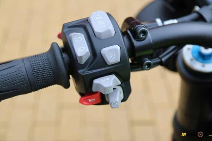 Piña izquierda con joystick de la Triumph Speed Triple 1050 RS.