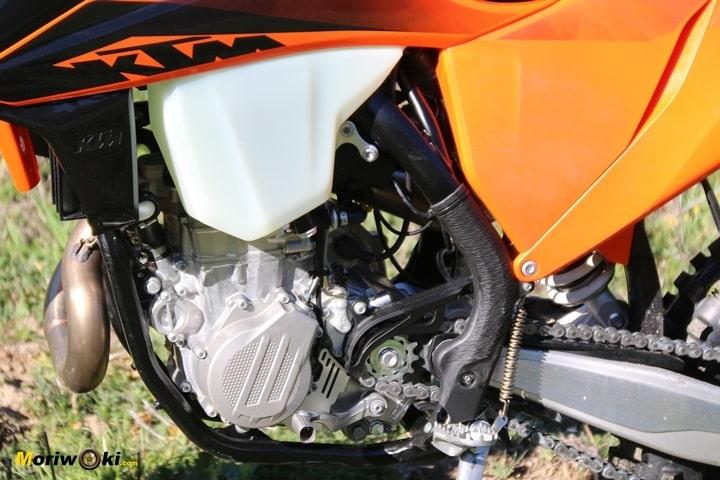 La KTM EXC 450 F con su nuevo motor 2020 visto por la izquierda.