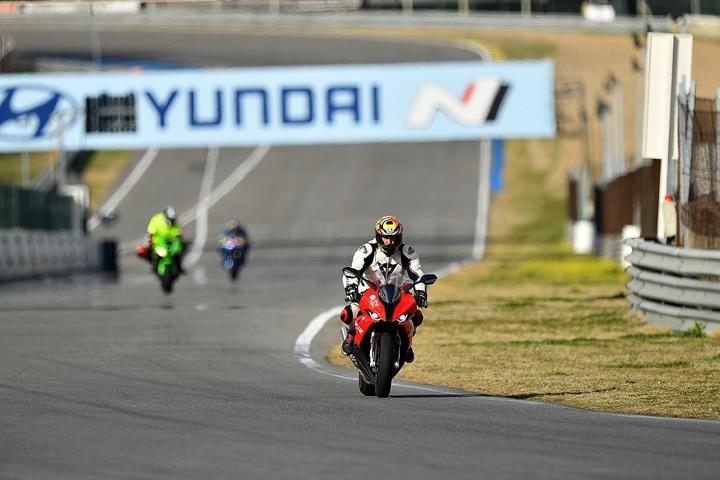 Piloto de motocross sobre la recta del Jarama