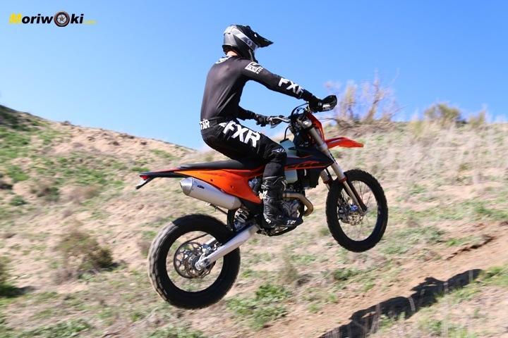 Saltando en subida con la KTM EXC 450 F 2020.