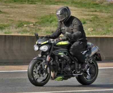 Prueba Triumph Speed Triple 1050 RS con suelo húmedo