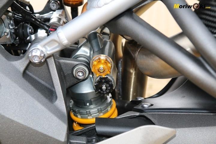 Regulación del amortiguador trasero en la Triumph Speed Triple 1050 RS.